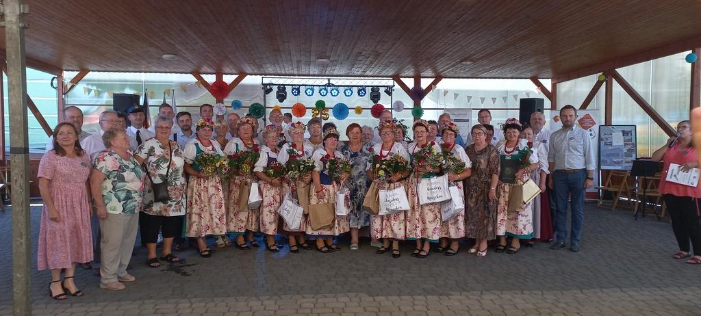 Zdjęcie grupowe po gratulacjach i życzeniach.jpeg