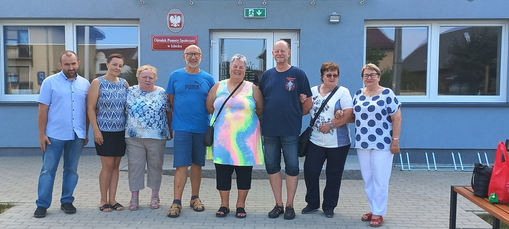 Zdjęcie grupowe przed Ośrodkiem Pomocy Społecznej w Izbicku.jpeg