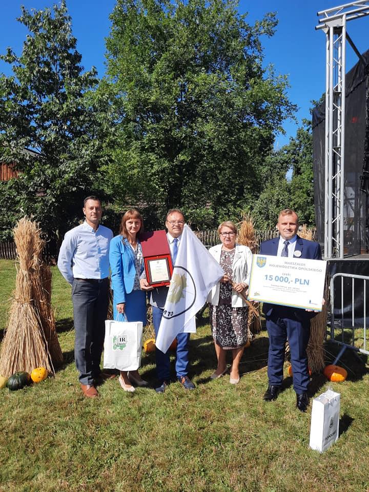 Delegacja z Sołectwa Otmice z nagrodami w Konkursie Piękna Wieś Opolska.jpeg