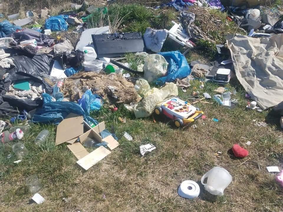 Wyrzucone śmieci w Otmicach.jpeg