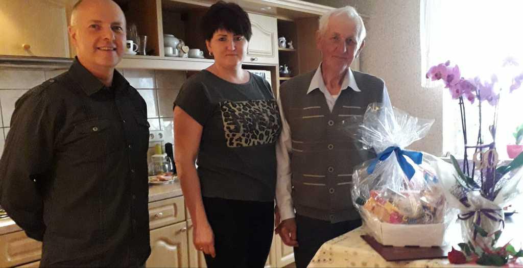 Delegacja z sołectwa Suchodaniec u Pana Ryszarda Skowronka  - 90-te urodziny.jpeg